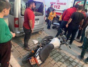 Motosiklet sürücüsü ticari araca duvara çarpar gibi çarptı, araç sahibinin tavırları vatandaşları kızdırdı