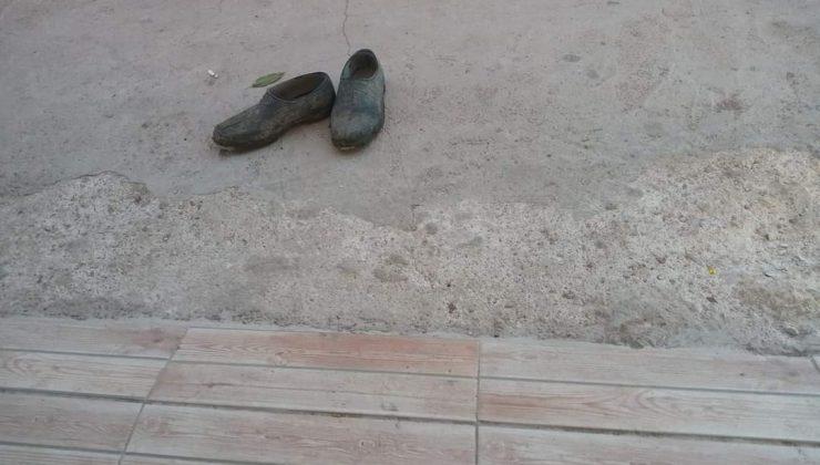 (Özel) Market kirlenmesin diye çamurlu ayakkabılarını çıkarıp çoraplarıyla içeri girdi