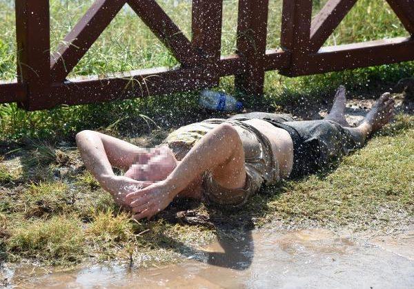 Parkta yerde yatan Melek, fıskiye ile temizlendi