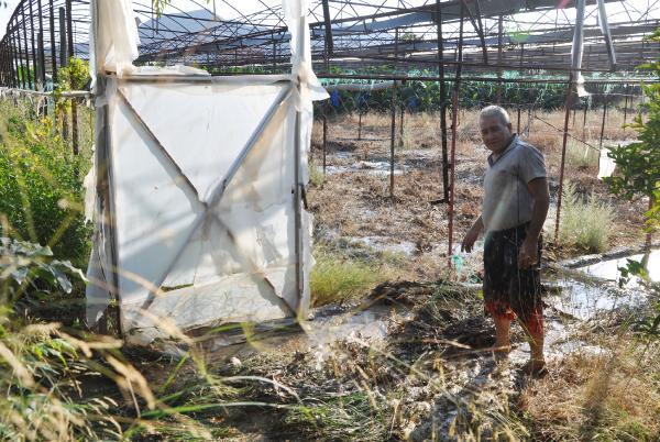 Patlayan sulama borusu tarım alanlarına zarar verdi