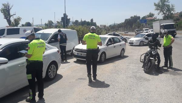 Polisten, emniyet kemeri uygulaması