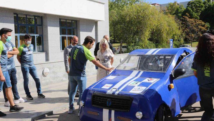 Rektör Özkan, TEKNOFEST'te finale kalan elektrikli aracı kullandı