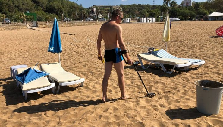 Sezon bitti, Rus turist elinde dedektörle sahile koştu
