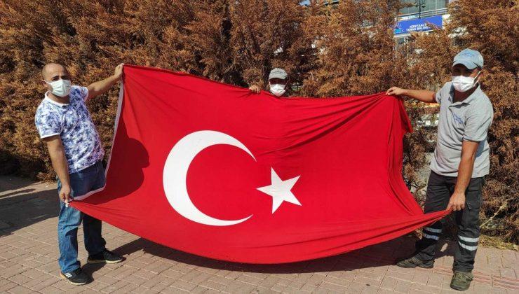 Temizlik personeli, çöpte bulduğu Türk Bayrağı'nı evinin balkonuna astı
