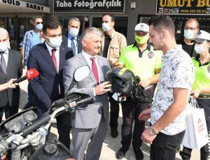 Vali Yazıcı'dan motosiklet sürücülerine kask hediyesi